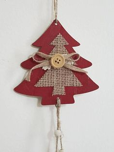Hangers for hanging doors or windows.Made with pine cones, woods and wooden objects embellished with jute, with a bell ringed to divert negative thoughts. Proposed in four shapes: tree, heart, star and angel in red version to remember Christmas. Length, depending on the subject,