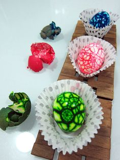 Super cool crackle eggs..  Totally edible.. Great Easter idea..