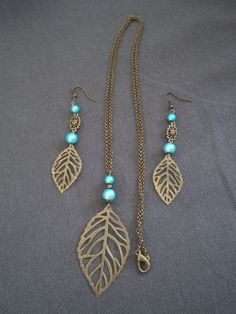 Sautoir avec perles turquoises et feuille bronze