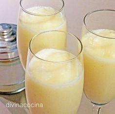 Sorbete de limón al cava al minuto: Con helado de limón envasado (para sorbete, no sirve el helado de leche). Para 1 litro de helado usamos un benjamín de cava (375 ml.) y 2 cucharaditas de azúcar. Batimos en la batidora hasta que adquiera una consistencia cremosa. Servimos en copas. Bar Drinks, Coffee Drinks, Limoncello Drinks, Tapas, Thermomix Desserts, Christmas Brunch, Smoothie Drinks, Smoothies, Mo S