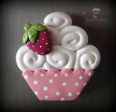 Sue - make a fridge magnet like this and then a bunch of strawberries to go with it. Cute Polymer Clay, Cute Clay, Fimo Clay, Polymer Clay Projects, Polymer Clay Charms, Polymer Clay Creations, Clay Crafts, Diy And Crafts, Clay Magnets