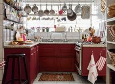 Linda! Cozinha com armários vermelhos e panelas a mostra