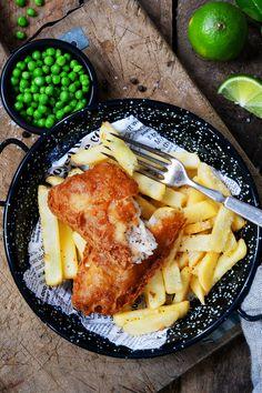 Enkel oppskrift på Fish & Chips med knallgrønn ertepuré! Fish And Chips, Tableware, Dinnerware, Tablewares, Dishes, Place Settings