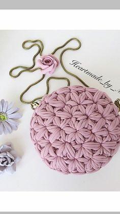 Trendy Knitting Yarn Bag T Shirts 33 Ideas Crochet Clutch, Crochet Handbags, Crochet Purses, Crochet Bags, Diy Crochet, Crochet Crafts, Crochet Projects, Crochet Stitches, Crochet Patterns