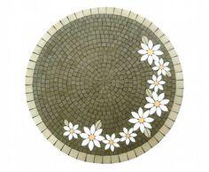 Tampo de mdf revestido em mosaico com pastilhas de porcelana fosca nas cores verde claro e escuro, branco e amarelo. Acabamento em pastilha também na lateral do tampo. O valor não inclui os pés da mesa. <br> <br>*O PRAZO DE CONFECÇÃO DA PEÇA É DADO EM DIAS ÚTEIS E DEVE SER SOMADO AO PRAZO DE ENVIO PELOS CORREIOS*