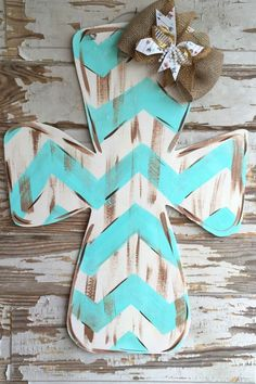 Festa Neon: 60 decorating ideas and theme photos - Home Fashion Trend Painted Wooden Crosses, Wood Crosses, Painted Doors, Cross Door Hangers, Burlap Door Hangers, Letter Door Hangers, Cross Wall Decor, Crosses Decor, Wooden Cross Crafts