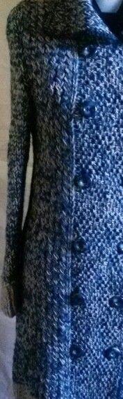 Stile Kate Middleton. .. Cappotto realizzato a mano con filati si alta gamma: pura lana merino tinta a mano con delle bellissime sfumature di azzurro profondo Malabrigo Filati, e 100 % pura lana vergine italiana di pecora sopravvissana colore grigio chiaro.  Tg.M  Su ordinazione anche in altre misure e colori.  Per info. bertel.daniela@gmail.com