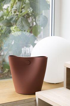Alessandro Di Prisco, architecte et designer italien basé à Naples, présente Mag, un récipient minimaliste multi-usage en polyuréthane.