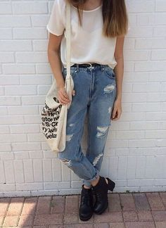Style Spacez: 18 Cheap DIstressed and Ripped Boyfriend Jeans Outfit Ideas for Fall Tomboy Fashion, Look Fashion, 90s Fashion, Fashion Outfits, Indie Fashion, Fashion Heels, Woman Fashion, Jeans Fashion, Grunge Fashion