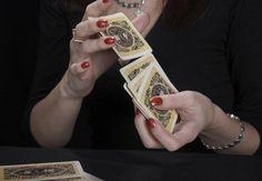 Qu'il soit égyptien, chinois ou indien, le tirage de tarot est une pratique divinatoire qui a traversé plusieurs civilisations depuis son apparition au tout com(...)