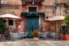 Уличное кафе в городке Матера, Италия. Мировую известность Матере принесли древние дома-пещеры, вырубленные непосредственно в скалах. Эти скальные сооружение называют Сасси (Камни).