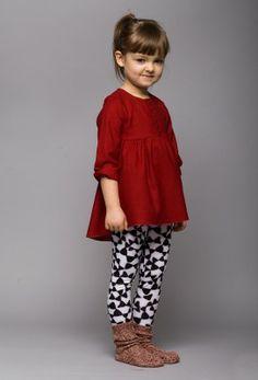tunika Nappi Dziewczęca tunika w ciepłym czerwonym kolorze. Dół jest dłuższy z tyłu i pięknie się układa dzięki marszczeniu.