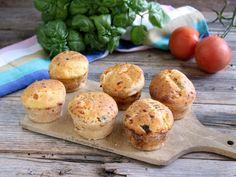 Questi muffin con pomodoro e basilico sono di una bontà e di un profumo che ricorda l'estate. Ottimi caldi ma anche freddi, per un aperitivo o antipasto.