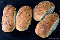 Franzelute pufoase de casa reteta simpla pas cu pas. Franzele mici (painici) coapte impreuna in tava mare a cuptorului, extrem de pufoase si cu coaja foarte subtire. Paine de casa. Cum se fac franzelele? Cum se modeleaza franzelutele? Aceste franzelute se pastreaza moi si 3-4 zile si se feliaza usor, Cooking Bread, Bread Baking, Bread Recipes, Cake Recipes, Cooking Recipes, Just Bake, Pastry Cake, Hot Dog Buns, Rolls