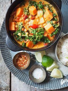 Grønnsakscurry med søtpotet, grønnkål og kikerter.