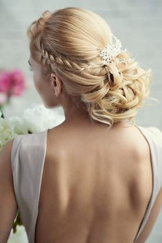 coiffure de mariage romantique: chignon bas bouclé et tressé