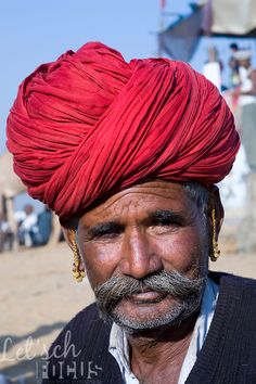 Portrait of a local man wearing a bright coloured turban, Rajasthan (India)   Let'sch Focus