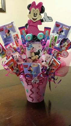Valentine Baskets, Easter Baskets, Homemade Gift Baskets, Homemade Gifts, Kids Toy Shop, Candy Bouquet Diy, Minnie Mouse, Girl Gift Baskets, Hello Kitty Jewelry