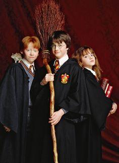 Pin 6. Beoordelingswoord: Vriendschappelijk. Harry, Ron en Hermelien zijn vrienden voor het leven! Ze staan elkaar bij in moeilijke situaties, ze brengen veel tijd door met elkaar en ze zijn gewoon hartstikke goede vrienden! Ook in het echte leven en op de set  waren de 3 vrienden vaak bij elkaar.