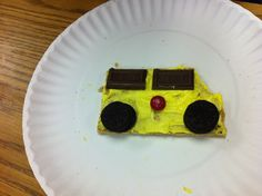 The wheels on the bus go round and round! It's gram crackers, mini ore o's, yellow frosting, red MNM's, Hersey bar. Gram Crackers, Wheels On The Bus, Vroom Vroom, Fun Things, Frosting, Bar, Yellow, School, Mini