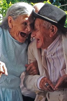 These old age couples are in love and enjoying life with full of fun. These elderly couples prove that you're never too old to have fun. - Page 4 of 4 Couples Âgés, Vieux Couples, Couples In Love, Beautiful Smile, Life Is Beautiful, Image Couple, Growing Old Together, Foto Blog, Old Folks