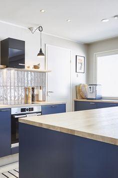 Kuparinen Cubix pääsee oikeuksiinsa sinisessä keittiössä! Asuntokaupat sokkona -ohjelman yhdeksännen jakson keittiö muuntautui ammattikokin unelmasta todeksi. #asuntokaupatsokkona #nelonen #jakso9 #vetimet #vedin #sisustus #sisustussuunnittelu #keittiö #keittiösuunnittelu #inspiraatio #ideoita #kitchen #interior #design #Retro #kupari #messingöity #lankavedin #helatukku Retro, Kitchen, House, Design, Home Decor, Cooking, Decoration Home, Home, Room Decor
