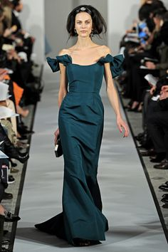 #Oscar de la Renta knows how to make a dress I love the shoulders the #bows the waist and tiny extra in back