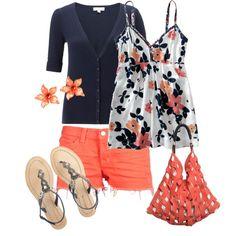 shorts en tono coral haciendo juego con un bluson floreado y sandalias. Se puede añadir un sweter en tono neutro