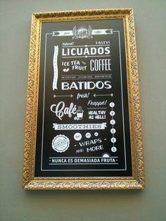 Letrero de una cafetería del centro de Málaga. Usa como reclamo un collage de sus productos de estilo vintage de los 60, un poco casual y tipo urbano.