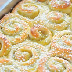 Rhubarb buns in the pan Baking Recipes, Snack Recipes, Dessert Recipes, Vegan Desserts, Delicious Desserts, Yummy Snacks, Yummy Food, Baking Buns, Scandinavian Food