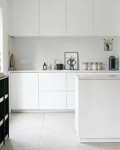 New kitchen white furniture interiors ideas White Furniture Inspiration, New Kitchen, Kitchen Decor, Kitchen White, Diy Kitchen Storage, Minimalist Kitchen, Modern Minimalist, Cuisines Design, Interior Design Kitchen