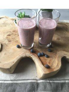 Smoothie met mango en yoghurt, blauwe bessen. Voor dit smoothierecept en meer lekkere smoothies, kijk eens op mijn foodblog Organic Happiness.