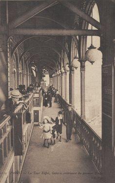 La galerie extérieure du 1er étage de la Tour Eiffel vers 1900.