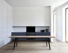Een mooi voorbeeld van een minimalistisch ontwerp. Ook leuk contrast: donkere onderkasten met lichte bovenkasten.
