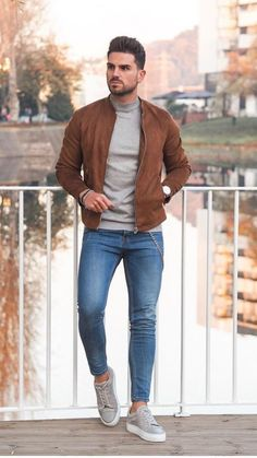 Awesome Men Bomber Jacket Outfits Ideas To Try - There has always been a lot of debate about whether a mens bomber jacket should be black or brown. The purists will argue that it should definitely be. Winter Outfits Men, Stylish Mens Outfits, Stylish Clothes For Men, Cool Outfits For Men, Casual Summer Outfits, Most Stylish Men, Stylish Man, Modern Casual Mens Fashion, New Fashion For Men