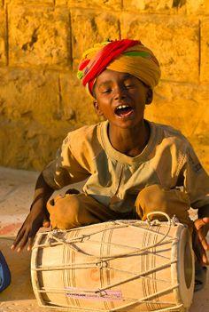 Música com um pequeno garoto nas ruas de Jaisalmer, na Índia.