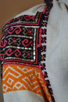 Popular Folk Embroidery Romanian blouse - ie - detail. Folk Embroidery, Learn Embroidery, Modern Embroidery, Embroidery Patterns, Machine Embroidery, Antique Quilts, Folk Costume, Embroidery Techniques, Fashion Art