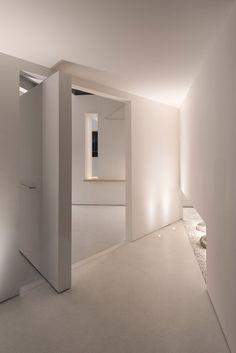 광저우에 하얀색 박스를 여러 개 제 각기 배치해둔 것같은 건물이 생겼다. 이 곳에는 커피샵과 코워킹공간을 갖추고 있는데 일련의 공동 안에 서로 다른 공간을 포함하고 있는 컨셉이다. 여기서 말한 '공동'이 건물의 외벽에 하얀색 박스 형태로 보여지고 있는데, 이는 카페와 브레인스토밍 공간, 미팅룸, 라운지를 아우르고 있다. White boxes contain different spaces for socialising and working inside this multifunctio..