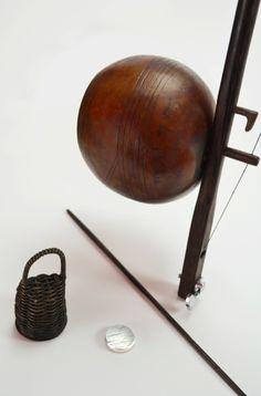 Il berimbao (o berimbau o birimbao) è uno strumento musicale a corda percossa di origine africana, diffusosi in Brasile in seguito all'importazione degli schiavi africani durante il colonialismo. Oggi è parte della tradizione della musica latinoamericana, e in particolare della capoeira. http://www.brotherwoodesign.it/product_info.php?cPath=24&products_id=49