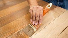 Comment décaper naturellement vos vieux meubles en bois ?noté 3 - 469 votes Des surfaces recouvertes d'ancienne peinture à l'huile ou cirées peuvent se décaper très facilement avec de la simple lessive à la soude. Dissolvez 3 cuillères à soupe de soude en cristaux dans 1 litre d'eau bouillante. Appliquez la solution avec une éponge … More