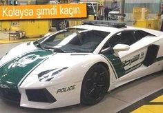 """Dubai polisi, araç filosuna 460 bin dolar (819 bin TL) değerinde bir """"Lamborghini Aventador"""" katarak dünyayı şaşırttı. Dubai polisinin, özellikle otobanlardaki sürat tutkunlarını takip etmek için böylesi bir hız makinesini tercih etmesi, dünya medyasının en çok okunan haberleri arasına girdi. Yeşil-beyaz renkli Lamborghini, törenle Dubaili yetkililere teslim edildi. Aracın, markanın 50'nci kuruluş yıldönümü şerefine özel üretildiği bildirildi."""