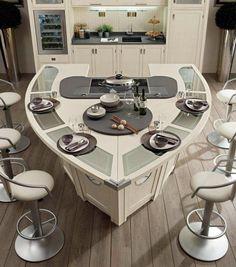 cocina con muebles blancos y sillas altas