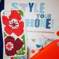 Zelf zijn we ook al bezig geweest met het borduren van een telefoonhoesje uit Style your Phone.