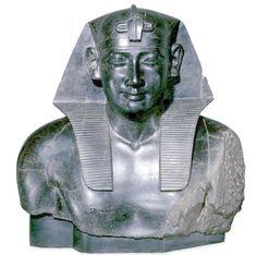 Ptolomeo I, Periodo Grecorromano, Din. Ptolemaica. Londres, Museo Británico.  Esta estatua muestra la intención de los nuevos gobernantes por adaptarse a los antiguos cánones egipcios para legitimizar su poder. Por ello ejecutaran esculturas exentas y relieves fieles al estilo de la XXX Din., hasta el punto de no saber diferenciar las unas de las otras.