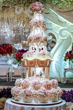 6 Large Wedding Cakes With Lights Photo. Awesome Large Wedding Cakes with Lights image. Bling Wedding Decoration Ideas Light-Up Wedding Cake Tall Bling Wedding Cake Lighted Acrylic Cake Stands Mini Chandelier Wedding Cakes Large Wedding Cakes, Extravagant Wedding Cakes, Amazing Wedding Cakes, Unique Cakes, Elegant Cakes, Castle Wedding Cake, Castle Cakes, Huge Cake, Kale Pasta