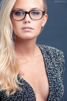Tips for Women with Eyeglasses The tortoiseshell frames look great with her blonde hair. I searched for this on /imagesThe tortoiseshell frames look great with her blonde hair. I searched for this on /images Glasses For Round Faces, Girls With Glasses, Stylish Glasses For Women, Blonde With Glasses, Cute Glasses, New Glasses, Beauté Blonde, Blonde Makeup, Beige Blonde