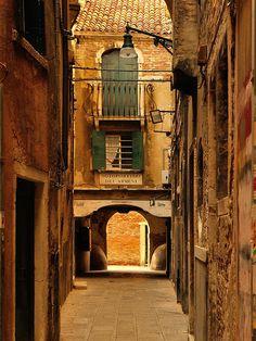 Venice : Sotoportego Dei Armeni  -Italia