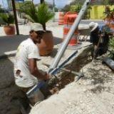 Een groot gedeelte van Kralendijk vanaf de kuststrook tot zoveel mogelijk landinwaarts, is vanaf deze week aangesloten op het openbare riool. Een mijlpaal voor Bonaire, want voorheen stroomde het vuile afvalwater van alle huizen en bedrijven in een beerput of septic tank en verdween veelal de grond in. (2014-06-07) (economie)