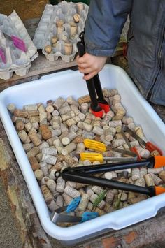 Fine motor activity with tongs and corks. Also a montessori practical life experience working with kitchen tools. Motor Skills Activities, Montessori Activities, Gross Motor Skills, Infant Activities, Preschool Activities, Montessori Kindergarten, Nursery Activities, Montessori Elementary, Maria Montessori