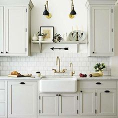 Kitchen sinks are an integral component of good kitchen layout from a sensible and layout standpoint. Locate ideas from Small Kitchen Sink Decor Ideas and Remodel. Kitchen Decor, Home Decor Kitchen, New Kitchen, Kitchen Flooring, Kitchen Remodel Small, Kitchen Sink Decor, Kitchen Design, Kitchen Remodel, Kitchen Renovation